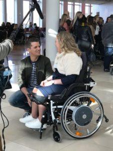 Manon in gesprek met presentator Kees Tol tijdens de selectiedag van de Mis(s) Verkiezing 2017.