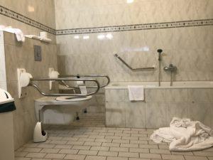 Foto van de aangepaste badkamer in de rolstoelkamer in Hotel Zuiderduin in Egmond aan Zee.
