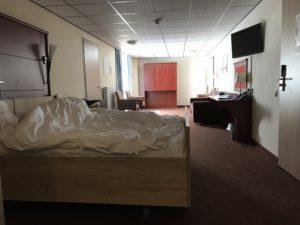 Een foto van de rolstoelkamer in Hotel Zuiderduin in Egmond aan Zee.