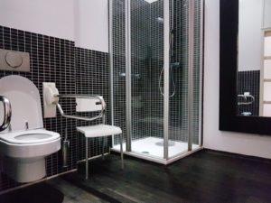 Foto van de aangepaste badkamer in de hotelkamer voor mindervaliden in Hotel Villa Ruimzicht.