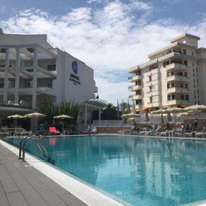 Het zwembad bij rolstoeltoegankelijk hotel Grupotel Acapulco Playa op Mallorca.