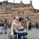 Manon in haar rolstoel voor Edinburgh Castle.