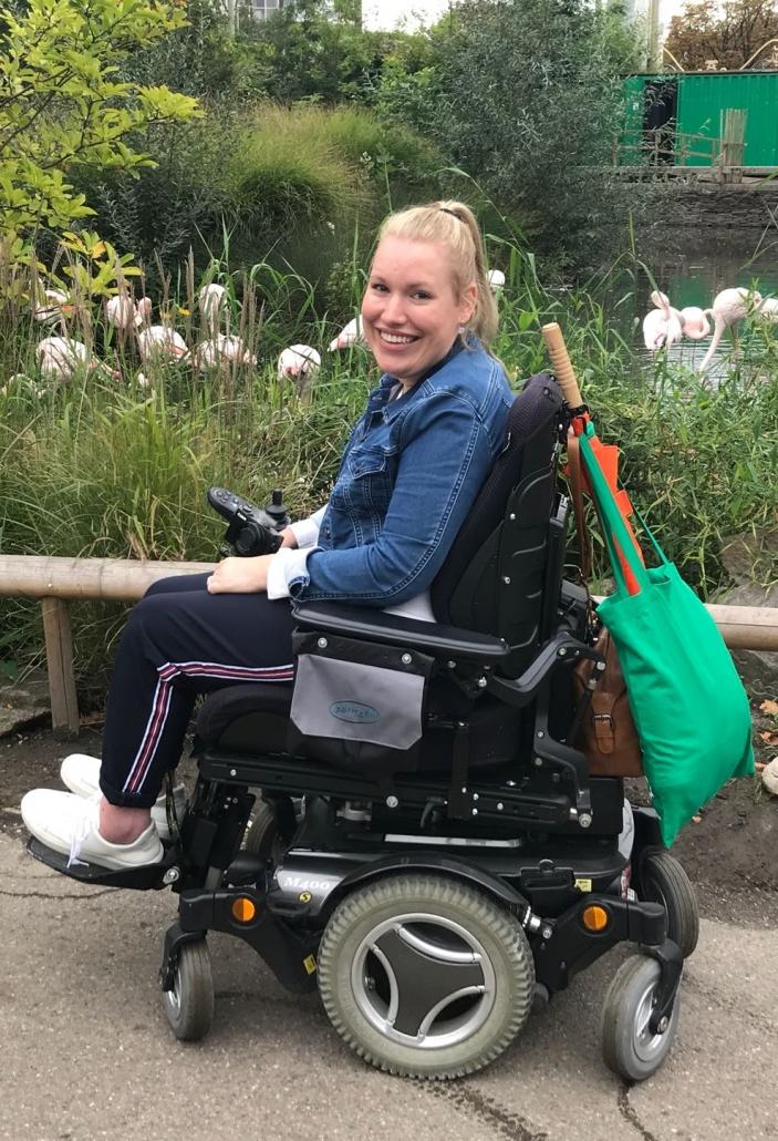 Manon van den Heuvel in haar elektrische rolstoel van Permobil tijdens een dagje uit in Diergaarde Blijdorp Rotterdam.